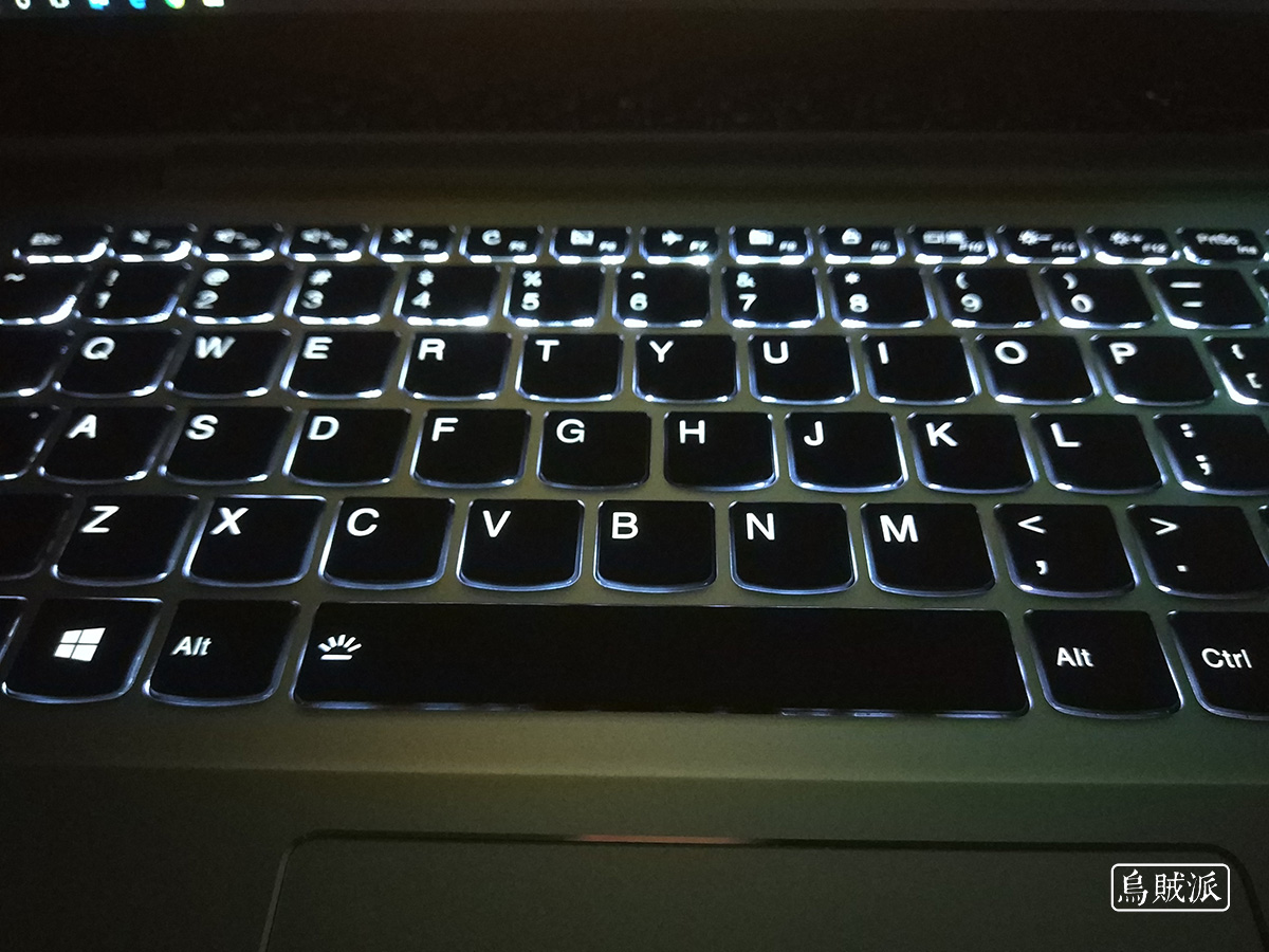 联想小新 Air 13 Pro 键盘的背光效果